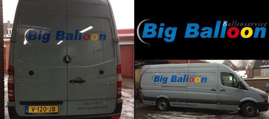 Een grote bus vol met ballonnen of één Big Balloon (Ballonservice)? In ieder geval grote reclame door van Veldhuizen Reclame.