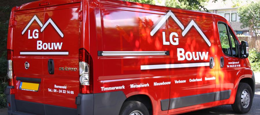 Een ogenschijnlijk simpel ontwerp door van Veldhuizen Reclame voor LG Bouw, is mooi en zichtbaar door het wit, rood en de schaduwen.