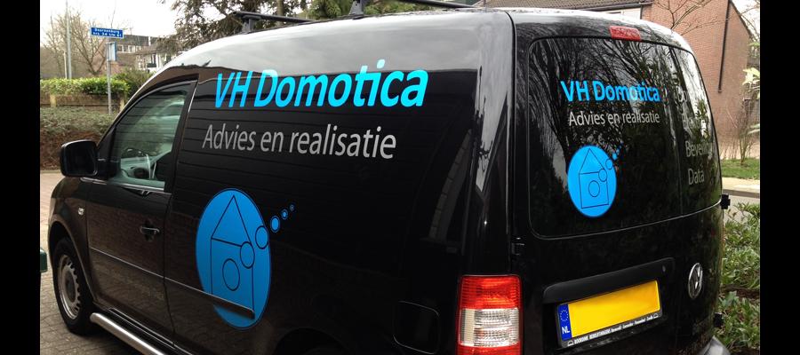 Met het juiste advies van VH Domotica advies & realisatie is het logo op deze caddy gerealiseerd door van Veldhuizen Reclame.