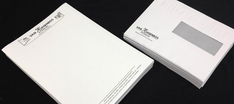 Het drukwerk van briefpapier en enveloppen volledig in de huisstijl van Huigenbos interieurbouw door van Veldhuizen Reclame.