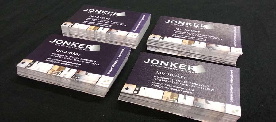 De visite kaartjes volledig in stijl van Jonker Onderhoudsbedrijf op mooi linnen papier door van Veldhuizen Reclame.