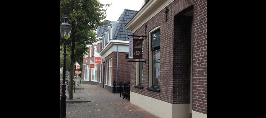 Diverse bannieren en raamreclame door van Veldhuizen Reclame passend bij het historische uiterlijk van het pand van Bake a Cake..