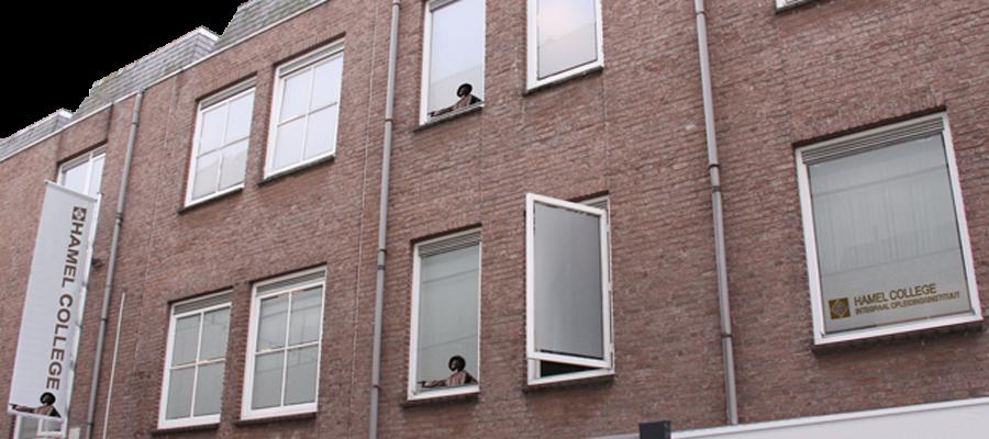 Matte blindering en reclame door van Veldhuizen Reclame op de bovenverdieping het Hamel college.
